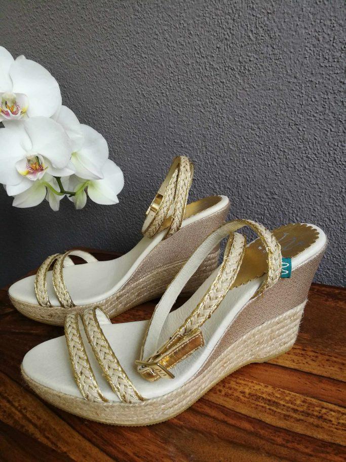 Brautschuh mit Keilabsatz und Goldschließe